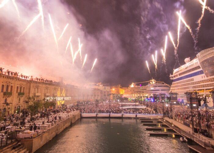 Durante los Mercados Navideños de La Valeta, ocurren cientos de espectáculos de fuegos artificiales