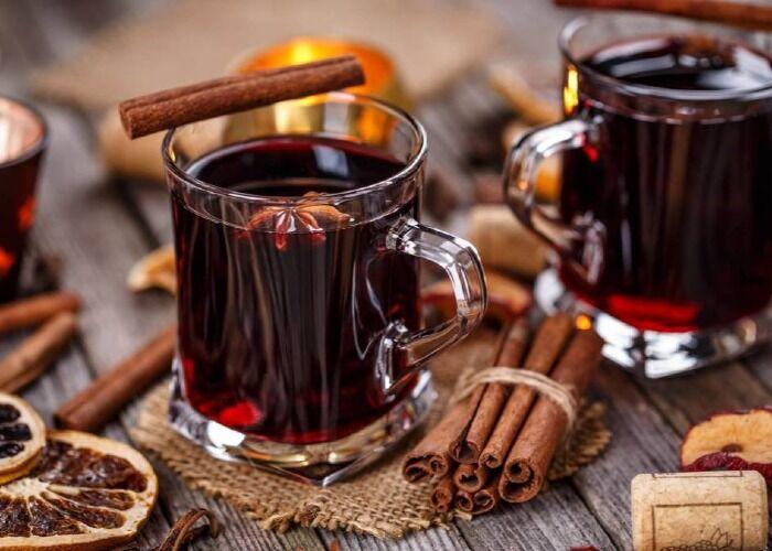 El vino caliente es una de las bebidas clásicas del invierno en Europa