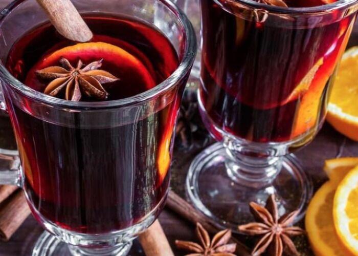 El vino caliente es una de las bebidas m'as tradicionales de los mercados navide;os