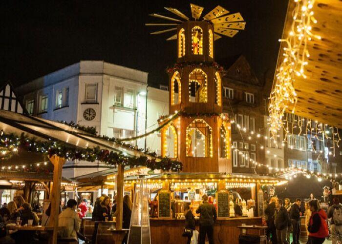 Kingston upon Thames se engalana de luces, adornos y colores para recibir el Mercado Navideño anual