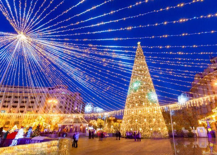 La ciudad de Bucarest se llena de luces para recibir las navidades y los mercadillos navideños