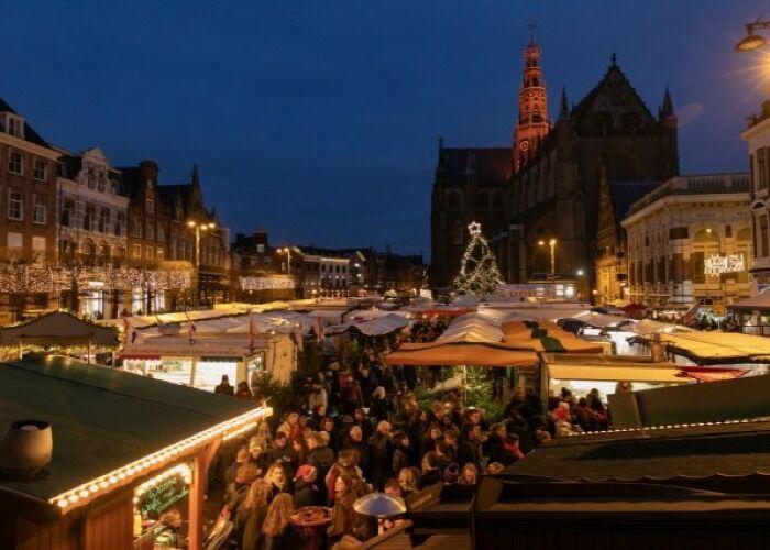 La ciudad de Haarlem se llena de miles de visitantes para comprar en los puestos y quisocso del Mercado Navideño