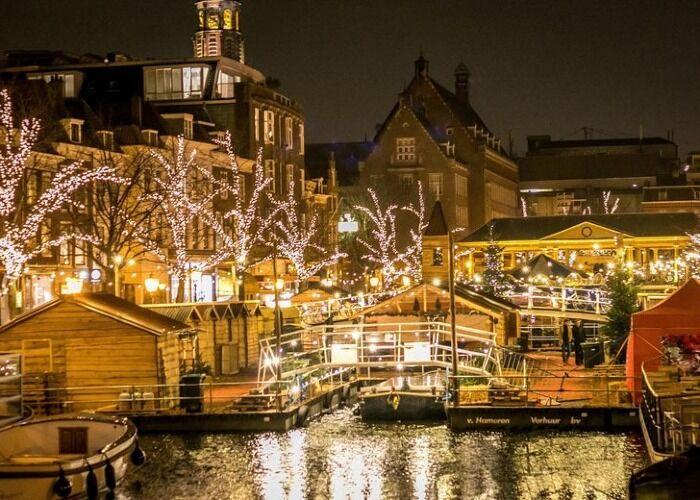 La ciudad de Leiden se llena de luces, adornos y puestos para recibir alegremente el Mercado Navideño flotante