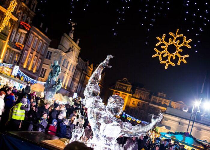 La ciudad de Poznań se llena de luces y adornos para celebrar el Mercado Navideño y las fiestas decembrinas