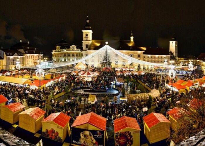 La ciudad de Sibiu se llena de decenas de quioscos, luces y adornos para el Mercado Navideño