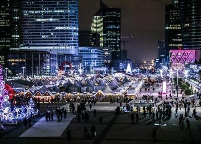 La ciudad se llena de luces durante el Mercado Navideño de La Défense en París