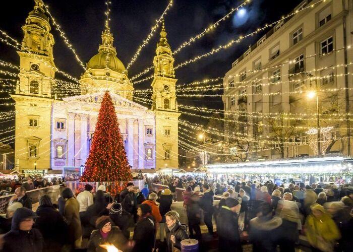 La ciudad se llena de millones de luces y adornos para celebrar el maravilloso Mercado Navideño de la Basílica de San Esteban en Budapest