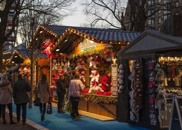 Las personas pueden encontrar todo tipo de regalos y adornos en el Mercado Navideño de Plymouth