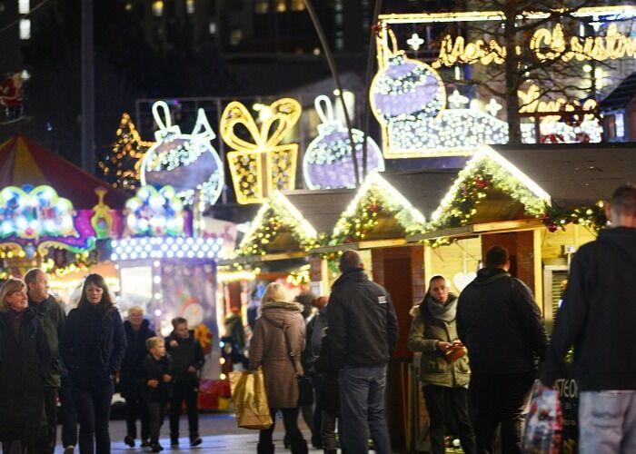 Los residentes y turistas pasean por las calles durante el Mercado Navideño de Plymouth para comprar regalos y comida