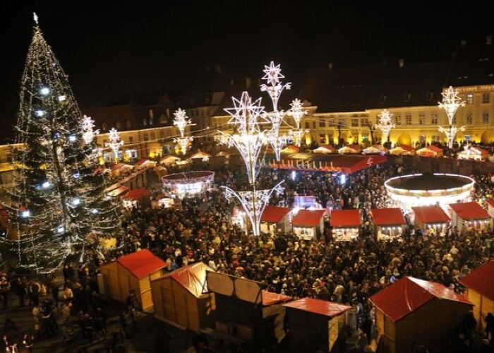 Miles de luces llenan la ciudad de Brasov durante las fiestas decembrinas