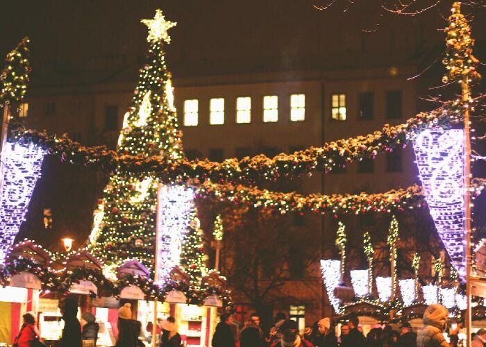 Miles de luces y adornos se lucen durante las noches del Mercado Navideño de Náměstí Míru