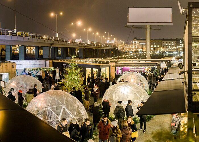 Miles de personas asisten al Manifesto Winter Market de Praga para ver los diferentes puestos y atracciones de la ciudad