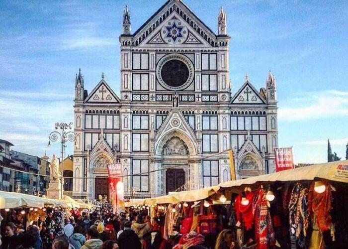 Miles de personas asisten cada año al Mercado Navideño de Piazza Santa Croce en Florencia
