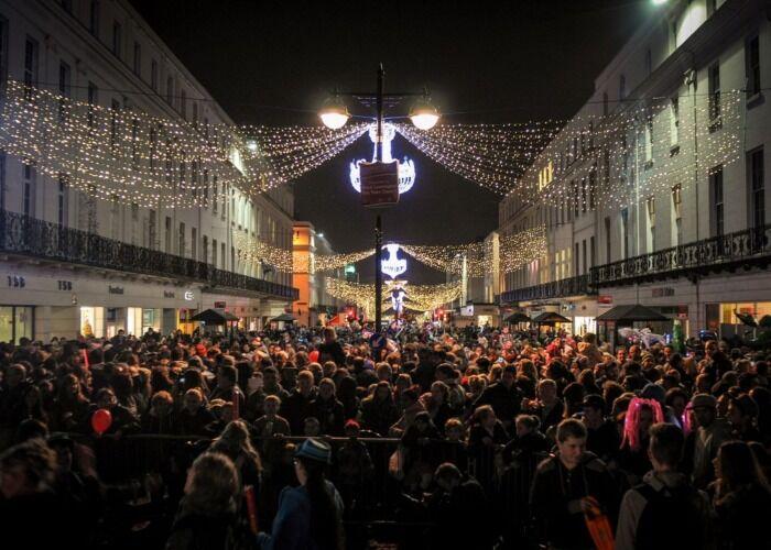 Miles de personas asisten cada año al Mercado Navideño de Royal Leamington Spa para divertirse y comrpar obsequios