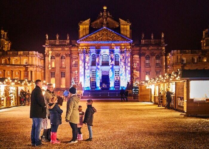 Miles de personas forman parte del Mercado Navideño del Palacio de Blenheim para comprar obsequios y comer deliciosa comida