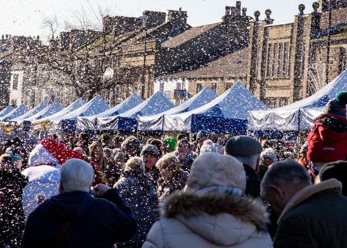 Miles de personas inundan las calles durante el Mercado Navideño de Skipton