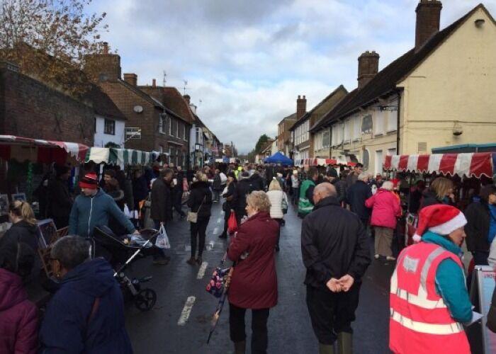 Miles de personas recorren las calles durante el Mercado Navideño de Redbourn