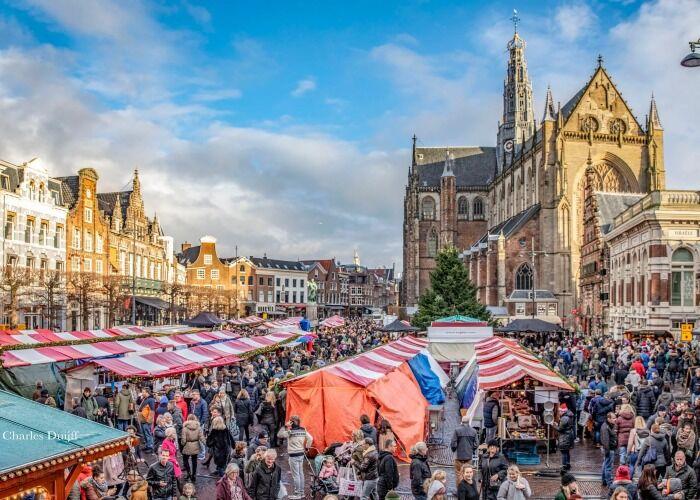 Miles de personas salen a las calles para celebrar el Mercado Navideño de Haarlem