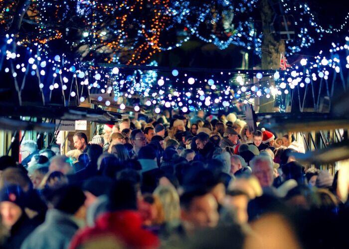 Miles de personas salen a las calles para celebrar el Mercado Navideño de Harrogate