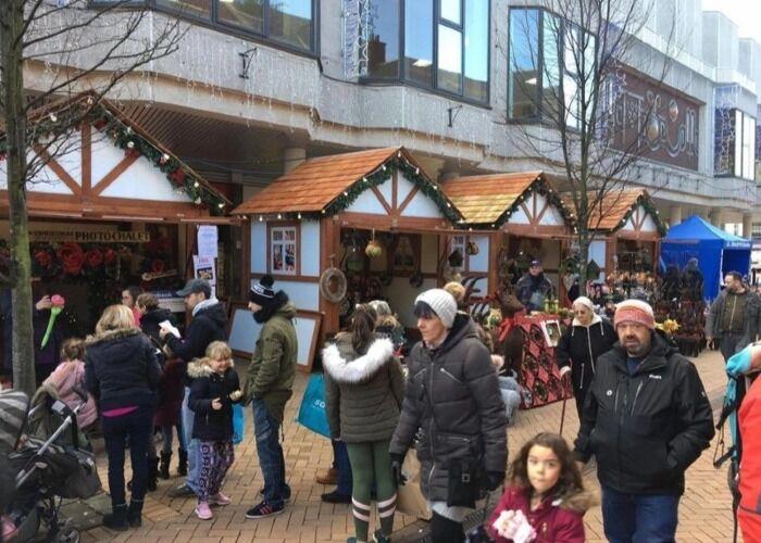 Miles de personas salen a las calles para participar en el Mercado Navideño I Love Mansfield