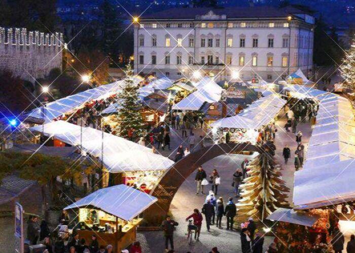Miles de personas se reúnen cada año para comprar en el Mercado Navideño de Trento
