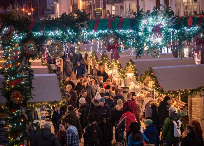 Miles de personas toman las calles durante las fiestas decembrinas y el Mercado Navideño de Salisbury