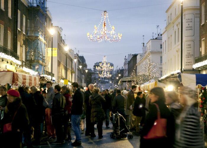 Miles de personas toman las calles para celebrar el Mercado Navideño Belgravia Christmas Sunday en Londres