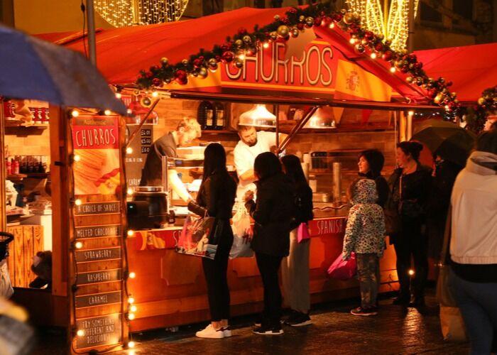 Puedes adquirir una gran variedad de regalos, comidas y bebidas en el Mercado Navideño Local de Brístol