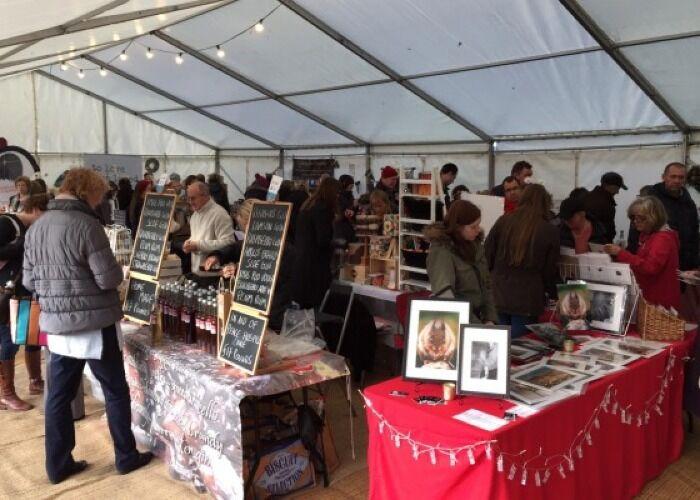 Puedes encontrar decenas de puestos vendiendo obsequios y adornos en el Mercado Navideño de Redbourn
