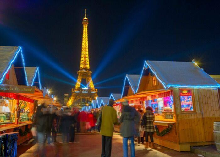 Toda París se llena de luces y música para celebrar el Mercado Navideño del Campo de Marte en París