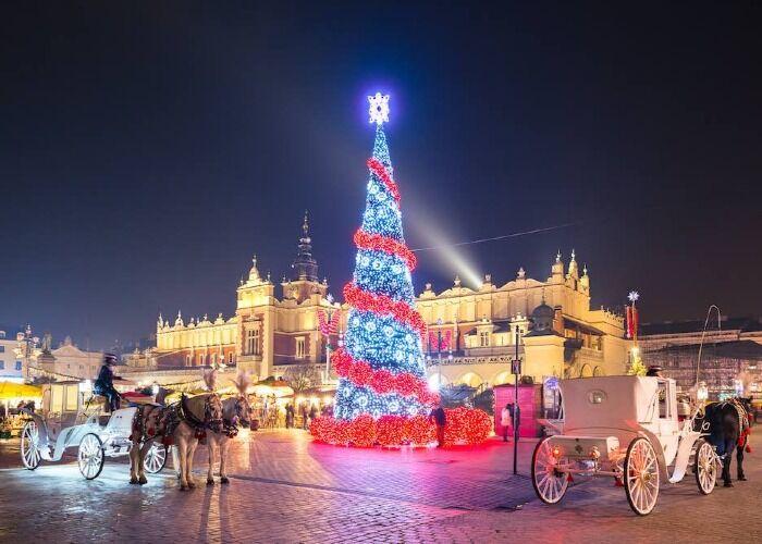 Toda la ciudad de Cracovia se llena de luces, adornos y comida para celebrar las navidades y los mercados
