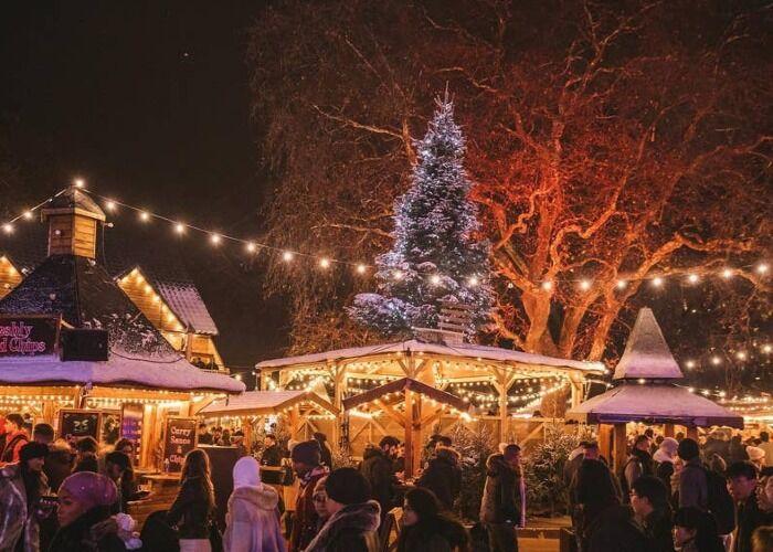 Toda la ciudad de Londres se prepara para recibir los mercados navideños con millones de luces y adornos