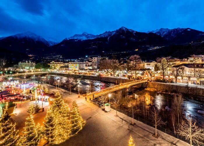 Toda la ciudad de Merano se llena de luces y adornos para celebrar las navidades y los mercados Navideños