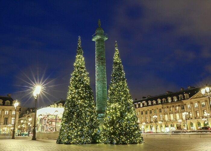Toda la ciudad de París se llena de luces y adornos para recibir las navidades