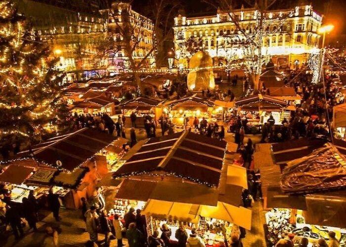 Toda la ciudad se llena de colores para celebrar el Mercado Navideño de la Plaza Vörösmarty en Budapest
