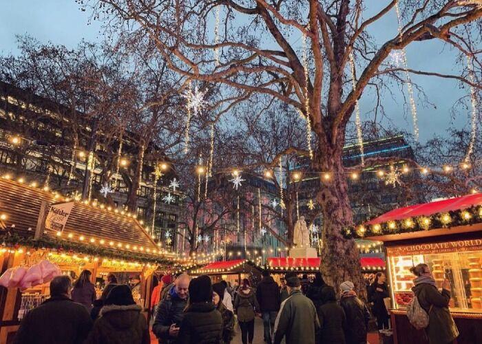 Toda la ciudad se llena de millones de luces para realizar el Mercado Navideño de Leicester