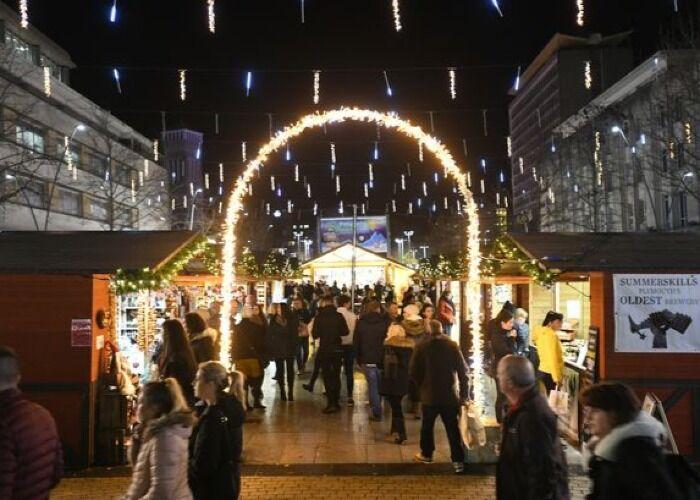 Toda la localidad de Plymouth se llena de miles de luces para alegrar las navidades