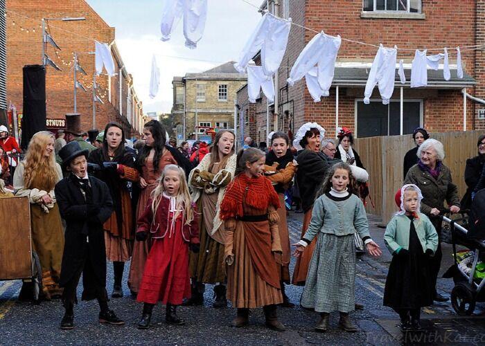 Todo el mundo forma parte de las actividades del Mercado Navideño de Portsmouth