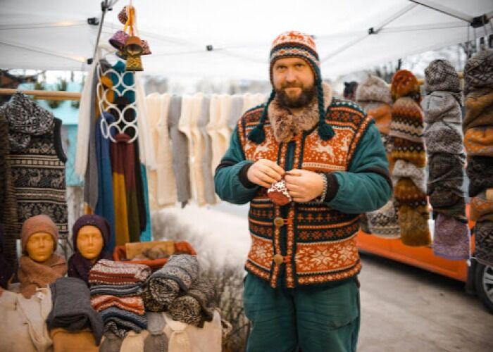 Varios artesanos y productores venden sus productos en la Feria Navideña de Kalnciema en Riga